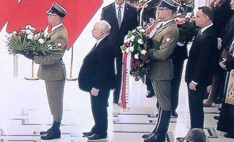 A jednak Kaczyński składał wieniec przed prezydentem. Tak wygląda państwo PiS [WIDEO] 4